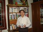 Nhà thơ Đinh Đăng Lượng dưới bóng cây chu đồng