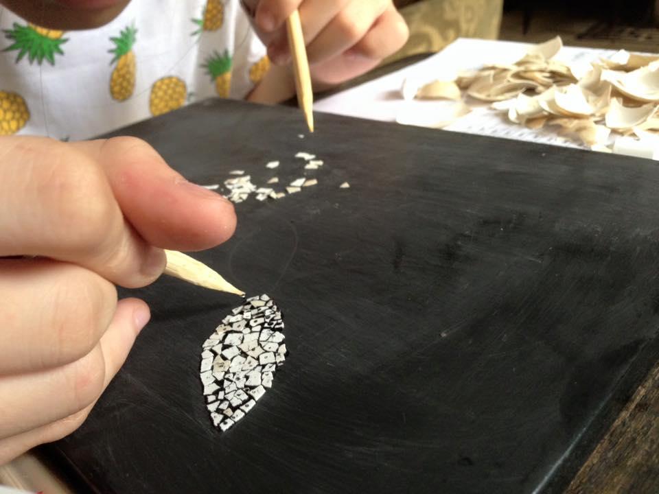 Sáng tạo tranh sơn mài bằng vỏ trứng với kỹ thuật khảm nổi