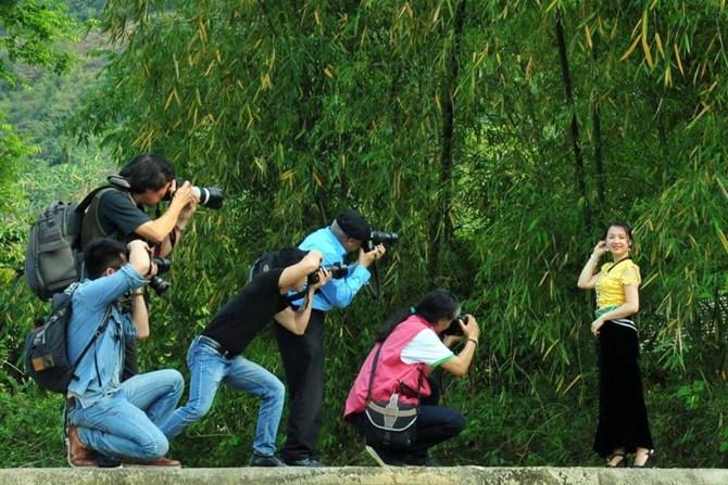 """Trại sáng tác nhiếp ảnh: Xin đừng """"Cưỡi ngựa xem hoa""""!"""