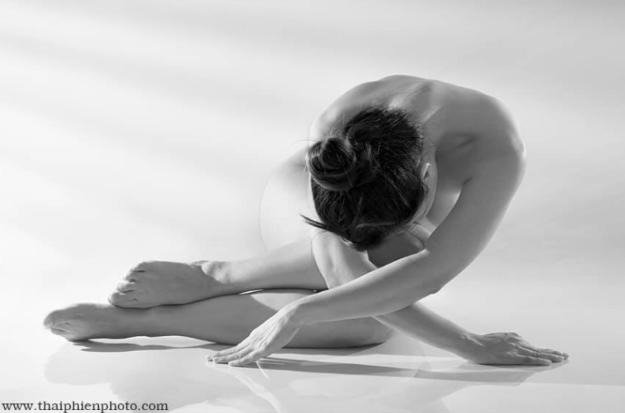 """""""Nắng sau rèm"""": Triển lãm ảnh nude online"""