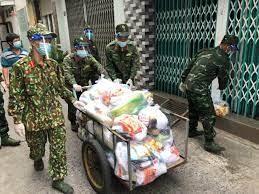 """Bút ký """"Shiper áo lính"""": Xúc động hình ảnh bộ đội đi chợ giúp dân"""